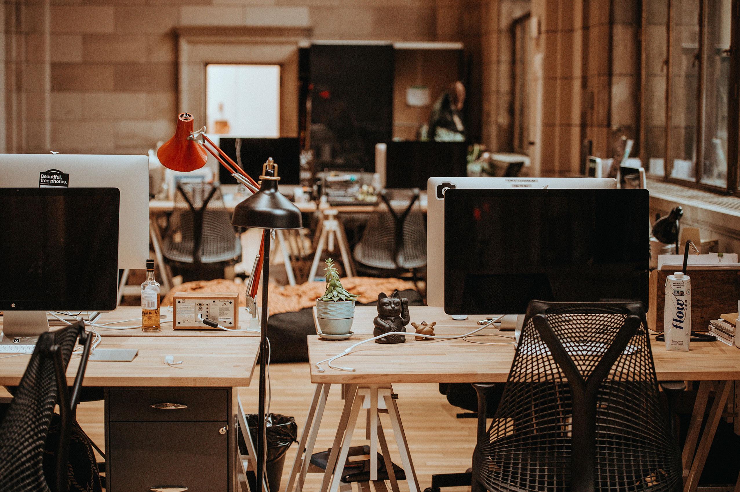 Arbeitsumgebung mit Schreibtisch und Computer